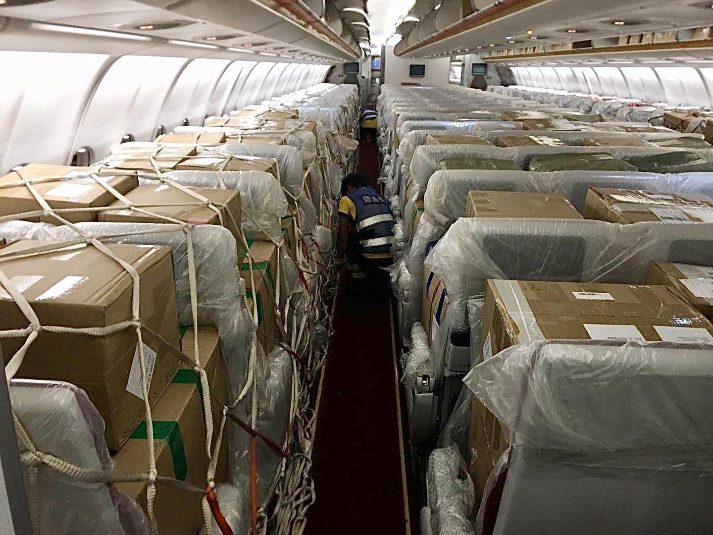 """附图2:海南航空首架电商货""""客改货""""包机航班"""
