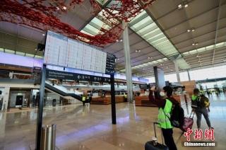 当地时间9月17日,柏林新机场航站楼内在进行最后的模拟运行测试。中新社记者 彭大伟 摄