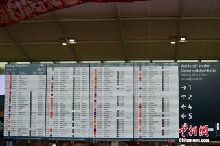"""当地时间9月17日,柏林新机场航站楼内的大屏幕正在显示模拟运行测试用的""""航班时刻表""""。 中新社记者 彭大伟 摄"""