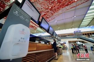 当地时间9月17日,柏林新机场内正在进行最后的模拟运行测试。主航班楼内当天已布置了手部消毒液等防疫用品。 中新社记者 彭大伟 摄