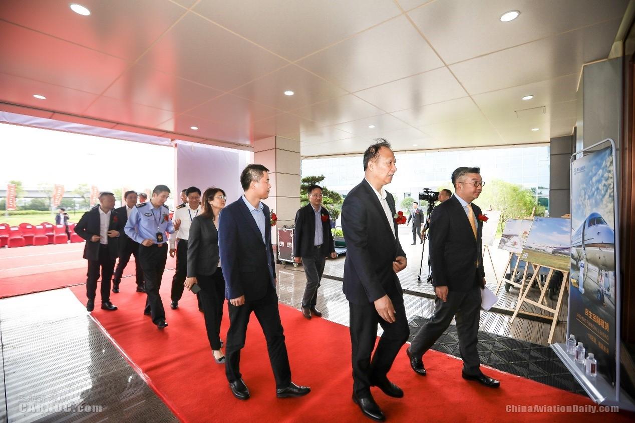 江西机场集团总经理周敏生(右二)、香港华龙航空总裁德永恒(右一)一行参观南昌机场FBO