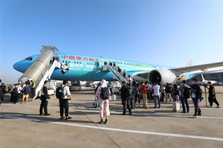 """同梦共兴 东航""""进博号""""为大兴机场一周年庆生。东航供图"""