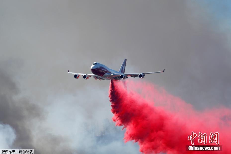 美国加州山火肆虐 飞机出动灭火