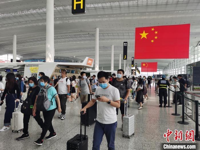 """广州白云机场""""双节""""8天客流预计近138万人次"""