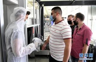 10月1日,工作人员在叙利亚首都大马士革国际机场入口处向乘客喷洒消毒剂。 因新冠疫情关闭数月后,叙利亚首都大马士革国际机场当日恢复商业航班运营。 新华社发(阿马尔·萨法尔贾拉尼摄)