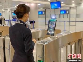 """上海浦东国际机场口岸:机场工作人员实现3秒 """"刷脸""""自助通关"""