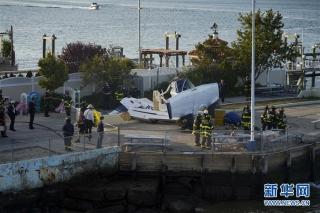 这是10月4日在美国纽约拍摄的飞机坠毁现场。新华社记者 王迎 摄