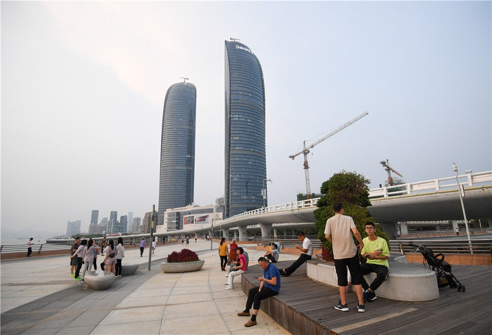 人们在厦门演武大桥观景平台休闲(9月3日摄)。新华社记者