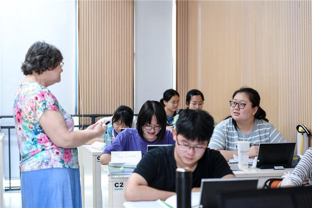 在深圳北理莫斯科大学,学生在上俄语课时回答老师提问(9月28日摄)。新华社记者