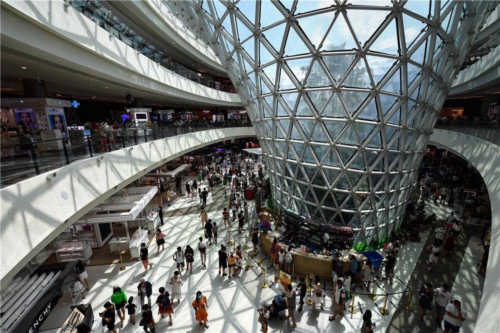 游客在三亚国际免税城购物(10月5日摄)。新华社记者