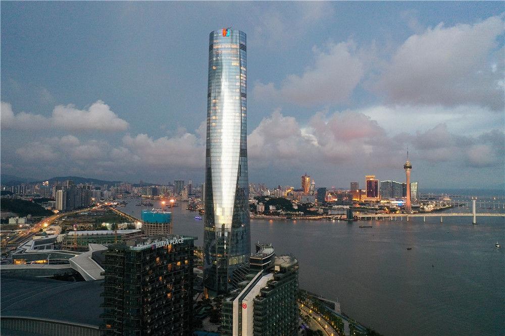 珠海中心大厦和远处的澳门(9月13日摄,无人机照片)。