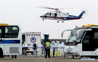 """A helicopter transfers """"injured"""" passengers during a mock plane fire as part of an emergency drill held at Pudong International Airport in east China's Shanghai, Oct. 16, 2020. (Xinhua/Chen Fei)"""