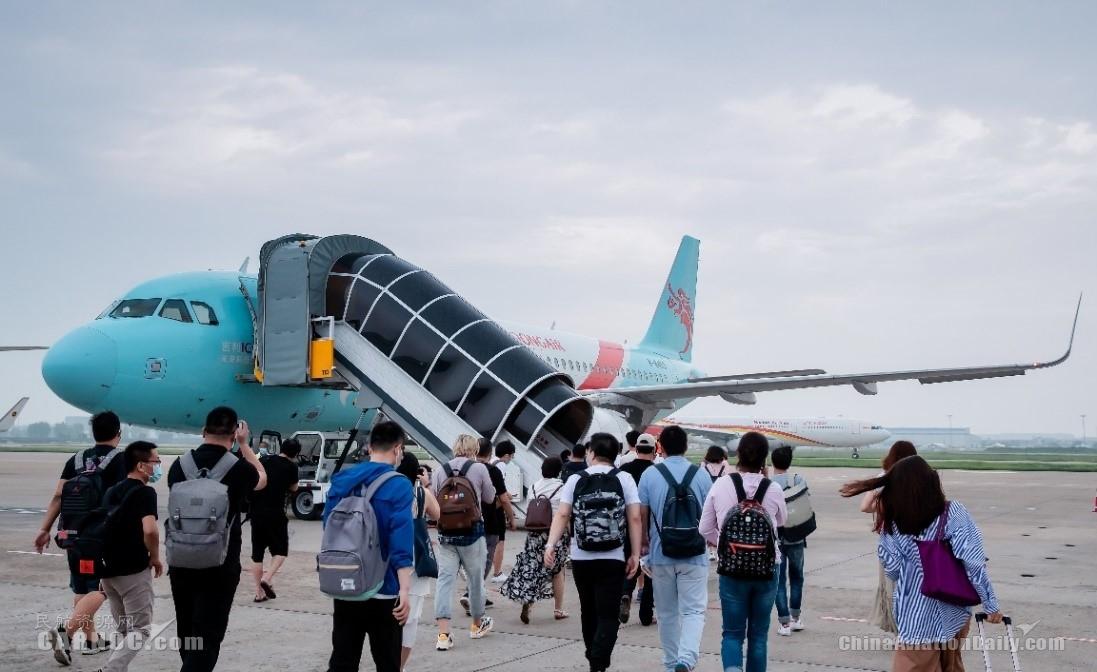 长龙航空与吉利集团携手推动绿色发展