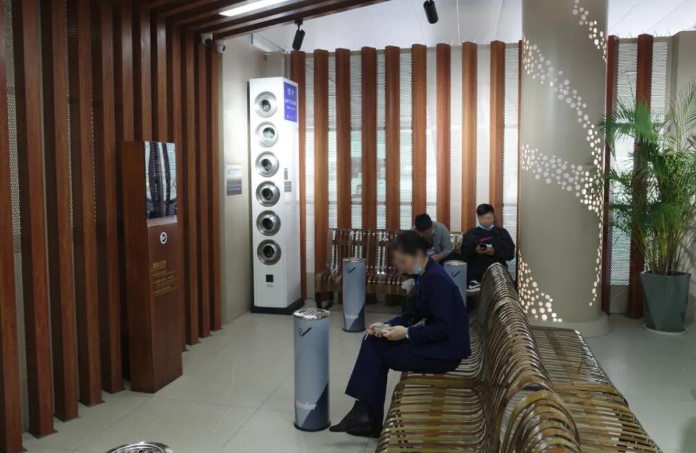深圳宝安国际机场航站楼内设有豪华吸烟区