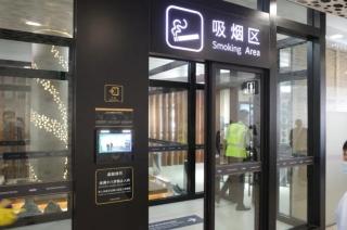 深圳机场航站楼内设豪华吸烟区 对面就是母婴室
