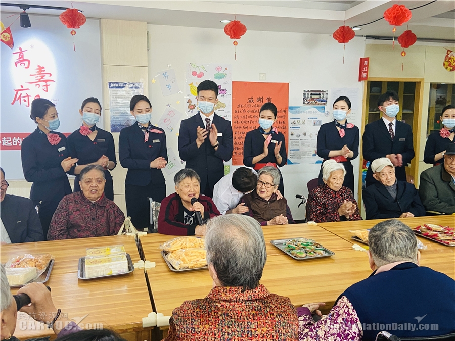 东航江苏乘务员重阳节前走进老年公寓送温暖