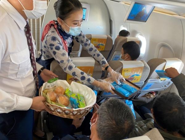 九九重阳节,爱在蓝天间——东航江西分公司开展机上重阳节活动