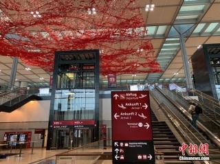 """当地时间10月30日上午,柏林新机场T1航站楼内已经准备就绪,等待正式启用。曾有德国""""延宕最久项目""""和""""最大烂尾工程""""之称的柏林新机场(柏林-勃兰登堡维利·勃兰特机场),在启用时间多次推迟达九年后,将于10月31日正式启用。 中新社记者 彭大伟 摄"""