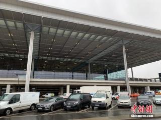 """当地时间10月30日,柏林新机场T1航站楼外景。曾有德国""""延宕最久项目""""和""""最大烂尾工程""""之称的柏林新机场(柏林-勃兰登堡维利·勃兰特机场),在启用时间多次推迟达九年后,将于10月31日正式启用。 中新社记者 彭大伟 摄"""