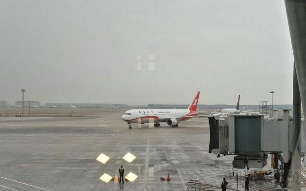 """由旗下上海航空客机执行的东航""""莫斯科-浦东""""航班承运了上海机场2016年的第一亿名旅客"""