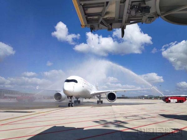 从主基地上海浦东国际机场卫星厅首架起飞的东航A350-900客机