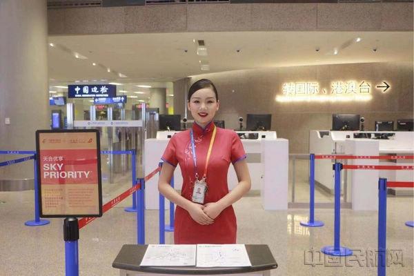 东航是浦东建成中国民航最强中转枢纽的主力,图为在浦东机场卫星厅提供中转指引的东航工作人员