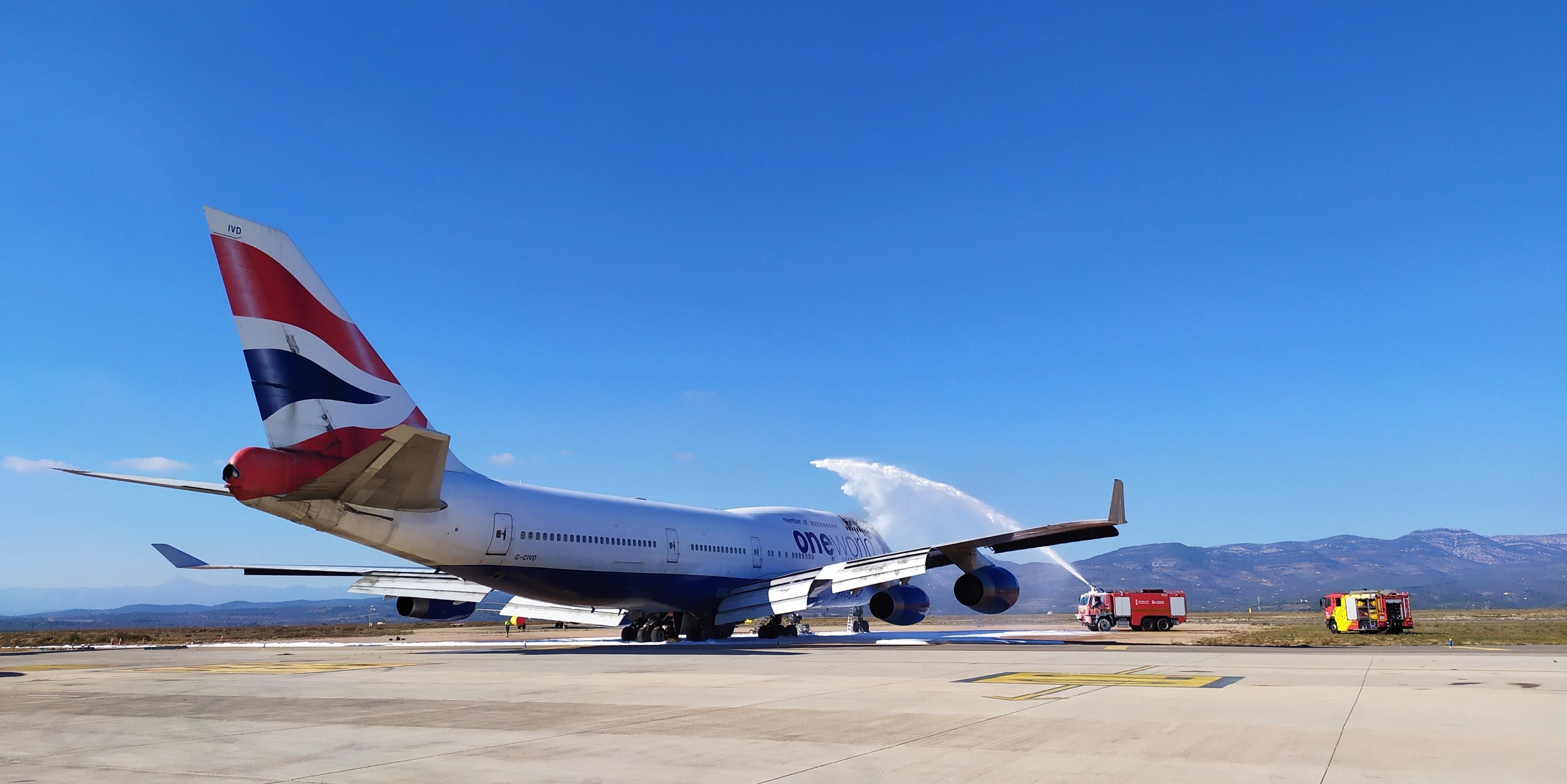 视频:英航退役747飞机起火 无人员伤亡