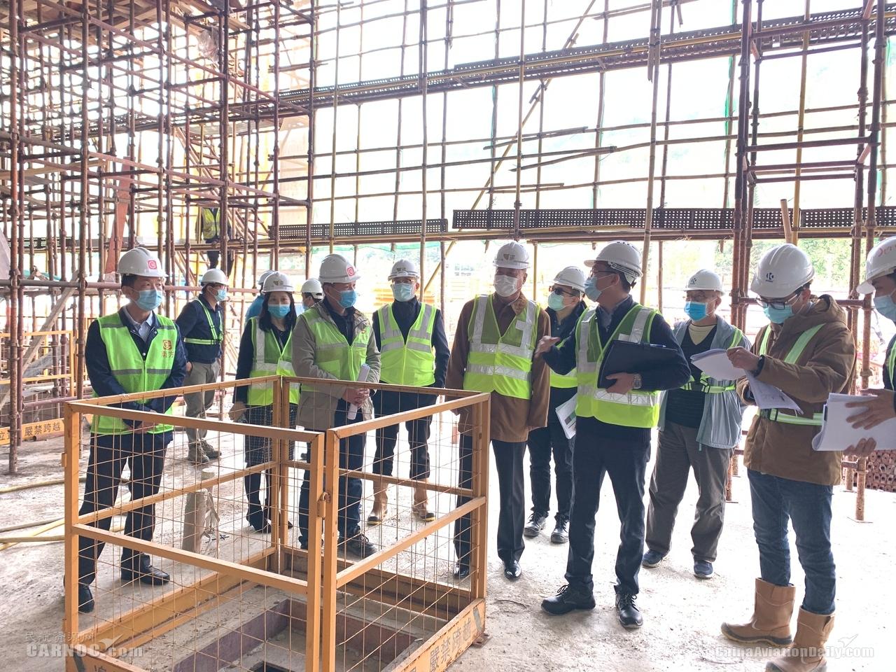 澳门机场执委会成员到机场客运楼南扩地盘了解工程进展及实际情况