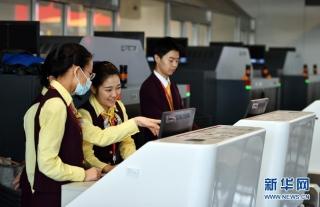 12月27日,工作人员在海口美兰国际机场二期扩建项目T2航站楼内熟悉工作流程。新华社记者 郭程 摄