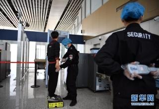 12月27日,工作人员在海口美兰国际机场二期扩建项目T2航站楼内进行安检。新华社记者 郭程 摄