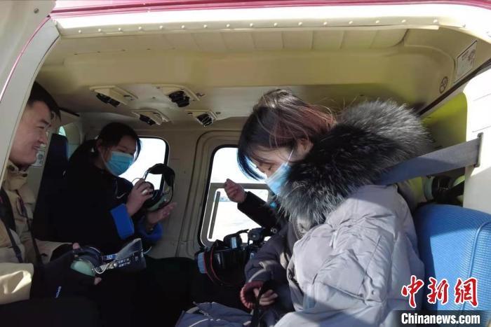 乘客搭乘直升机体验短途航线旅行。