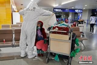 闵行公安民警为老年旅客盖棉被。 殷立勤 摄