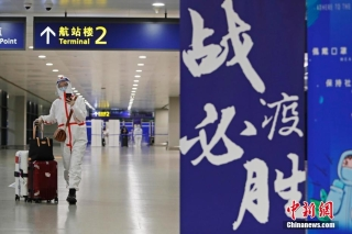 旅客在前往浦东机场16区入境人员转运点。 殷立勤 摄