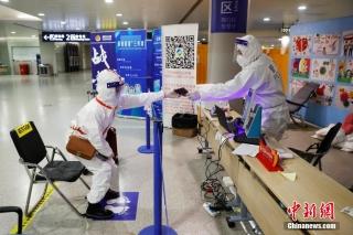 闵行公安民警对旅客进行信息核查。 殷立勤 摄