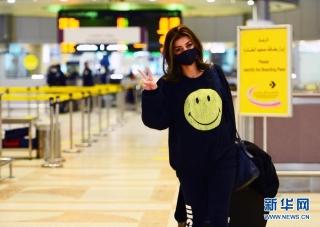 1月2日,在科威特费尔瓦尼耶省,一名乘客在科威特国际机场的出发大厅准备登机。 新华社发(阿萨德摄)
