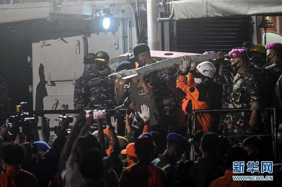 印尼失事客机搜救工作紧张进行 黑匣子位置确定