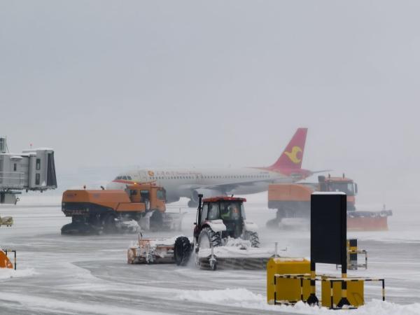伊宁机场全力保障2021年首场大降雪