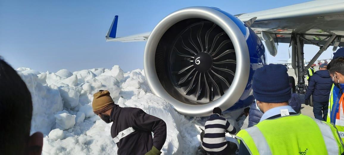 现场图:印度靛蓝航空A321neo滑行时撞上雪堆 引擎受损