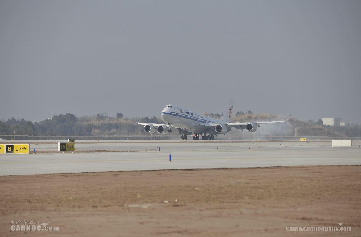 国航B747-8客机顺利完成试飞验证,于16时09分降落天府机场