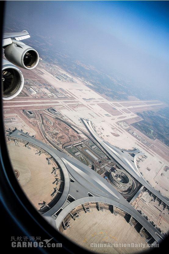 透过舷窗俯瞰天府国际机场