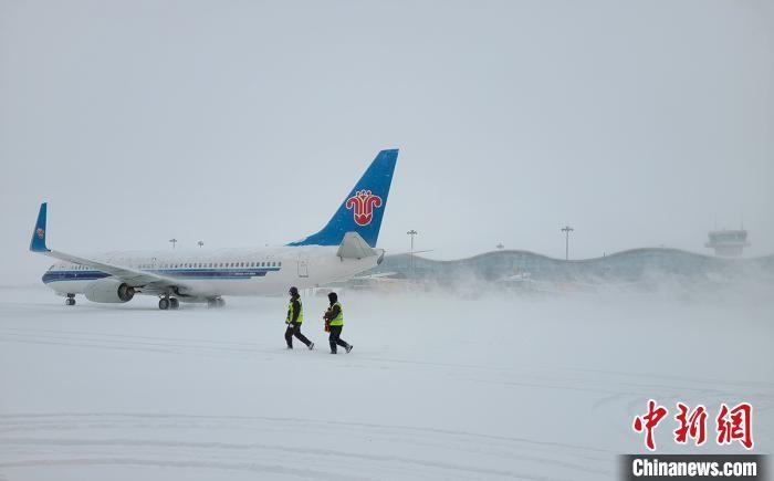 乌鲁木齐迎新年首场强降雪 南航累计调整航班118班次