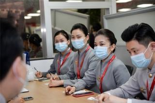 组员们与客舱经理交流航班服务保障细节(摄影:宁隆宇)