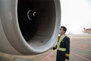 HU7181航班机长栾贺正在进行绕机检查(摄影:宁隆宇)