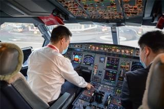 HU7181航班机组正在进行起飞前的准备工作(摄影:宁隆宇)