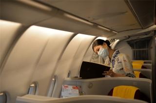HU7181航班乘务组登上飞机,有条不紊地开展航前准备工作(摄影:宁隆宇)