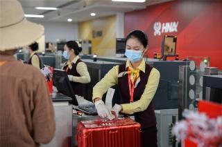 海南航空地服人员为旅客办理行李托运(摄影:宁隆宇)
