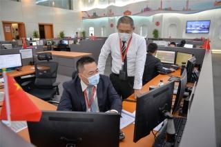 海南航空AOC签派员正在密切监控春运第一天的航班运行情况(摄影:宁隆宇)