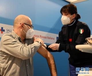 意大利罗马菲乌米奇诺机场设立疫苗接种点  新华社发(阿尔贝托·林格利亚 摄)