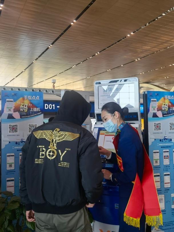 昆明航空志愿者为旅客提供指引服务