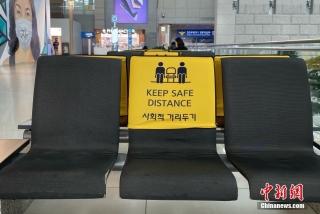 当地时间3月4日,韩国仁川机场内设置有保持社交距离的提示。中新社记者 曾鼐 摄